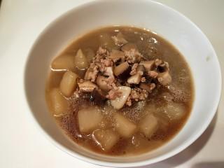 河北宣化特色小吃\卤菜\蒸莜面,先把卤菜成入碗中,倒入米醋,辣椒油,这碗不吃辣没加。
