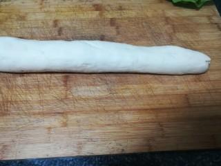 #最适合春天吃的面食#韭菜合子,把面团搓成长条形