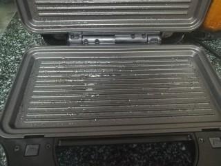 #最适合春天吃的面食#韭菜合子,因为是第一次使用电饼铛,所以电饼铛薄薄刷了一层油