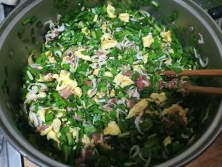 #最适合春天吃的面食#韭菜合子,继续搅拌,直到全部混合一起