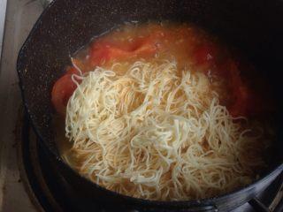 番茄鸡蛋面,倒入已经提前用热水泡过的面饼煮两分钟,不同面饼煮的时间不同。