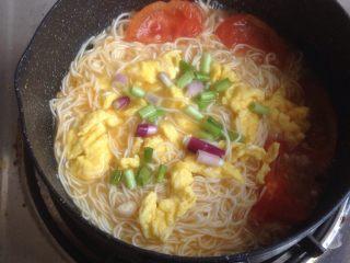 番茄鸡蛋面,将之前炒熟的鸡蛋和葱花倒入,最后加盐调味