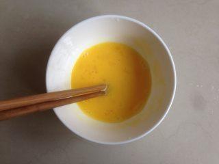 番茄鸡蛋面,鸡蛋加盐搅拌均匀