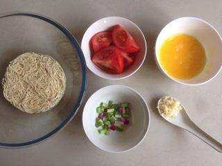 番茄鸡蛋面,葱切小粒,蒜剁成茸