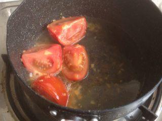 番茄鸡蛋面,加入适量的水, 继续煮几分钟