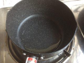 番茄鸡蛋面,锅里加油,烧热。