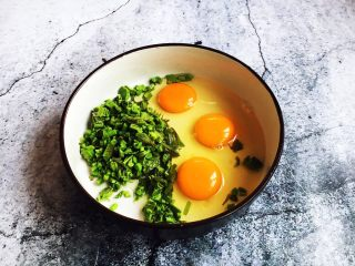 香椿炒鸡蛋,放入鸡蛋。