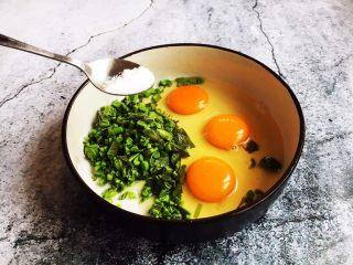 香椿炒鸡蛋,放入少许的盐。