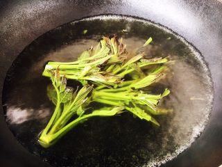 香椿炒鸡蛋,用开水焯水,焯1分钟,香椿颜色变绿色。