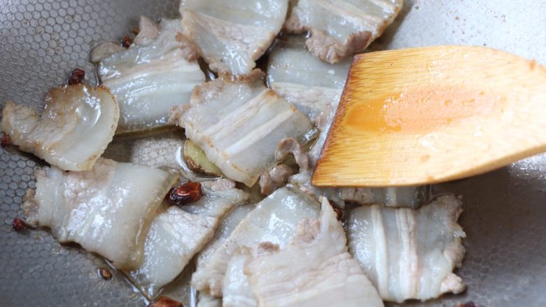 冬笋炒五花肉,倒入五花肉翻炒至变色;