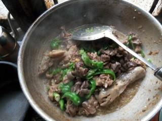 宁远血鸭,当水还剩下一碗左右(饭碗)打开锅盖,放入青椒,盐和鸡精。