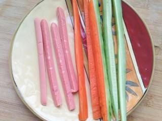 不拘一格吃寿司,切食材切好放入盘中备用。