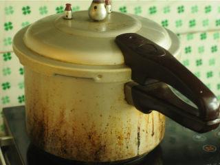 裙边腐竹排骨汤,扣上高压锅盖,大火烧开后再炖5分钟即可,关火排气
