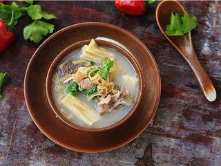 裙边腐竹排骨汤,香喷喷的排骨裙边腐竹汤上桌了