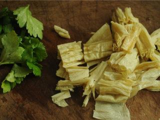 裙边腐竹排骨汤,腐竹和芹菜叶切成段