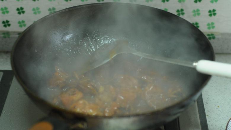 红烧排骨,盖上锅盖大火烧开后中火焖煮20分钟左右