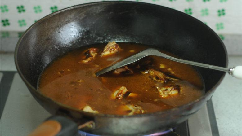 红烧排骨,沿着锅边淋入没过食材的水