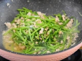 没有像泰国的网红空心菜那样上过天,但是也好吃,:倒入1勺生抽、1勺盐、1勺糖炒匀即可。