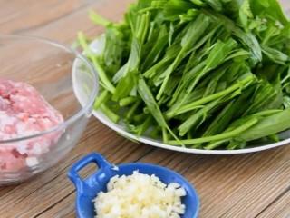 没有像泰国的网红空心菜那样上过天,但是也好吃,【主料】:猪肉 150克 空心菜 300克  【辅料】:生抽 1勺 料酒 1勺 盐糖 少许 蒜末 少许