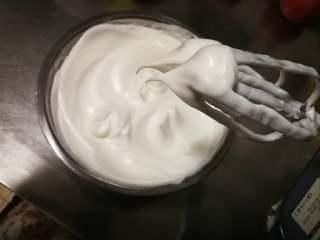 萌翻少女心-芭比蛋糕,打至能拉出直立的小尖角,就是我们需要的干性发泡状态(蛋白能不能打发到位是做戚风蛋糕成功的关键)蛋白糊就做好了。