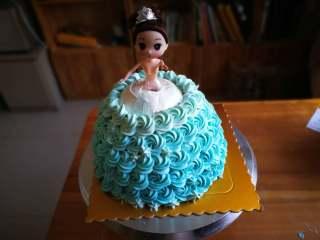 萌翻少女心-芭比蛋糕,同样的方法,每裱完一层加入白色奶油,这样慢慢形成渐变色。