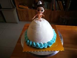 萌翻少女心-芭比蛋糕,用2D花嘴从裙摆最下次裱一圈花朵。