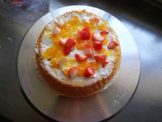 萌翻少女心-芭比蛋糕,打发奶油,取最底部一片抹一层奶油铺一层水果