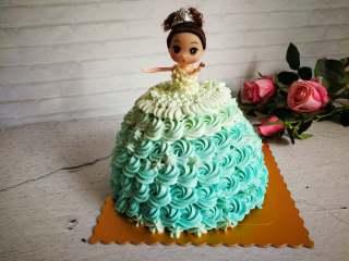 萌翻少女心-芭比蛋糕,可以一直裱玫瑰花,上面小一点一直到腰部,也可以做百褶状,这个百褶我第一次弄好丑,上身可以直接裱花袋剪小口挤小圆点装饰,发挥自己的想象力吧。上衣可以全用白色。
