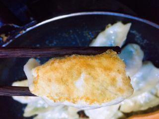春天第一菜~韭菜肉沫锅贴,水烧干油煎饺子发出吱吱声音时,观察饺子底部煎的程度