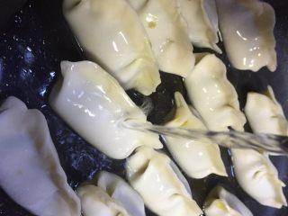 春天第一菜~韭菜肉沫锅贴,加入淹没饺子一半的清水