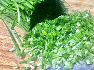 春天第一菜~韭菜肉沫锅贴,韭菜洗净后切细