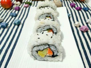 不拘一格吃寿司,切开装盘就可以吃了,撒上少许芝麻做装饰。