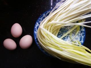 韭黄炒鸡蛋,准备食材,韭黄鸡蛋。