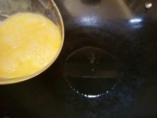 韭黄炒鸡蛋,锅内油烧热,倒入鸡蛋液。