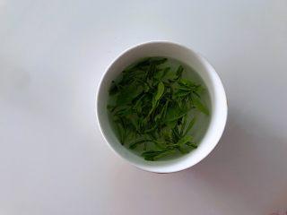 新鲜茶叶入菜,春天里最清新淡雅的味道,茶叶清洗干净。