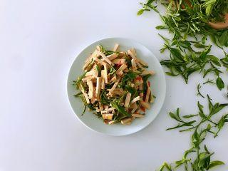 新鲜茶叶入菜,春天里最清新淡雅的味道,成品。
