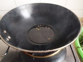 青蒜炒鸡蛋,铁锅入少许油