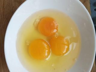 青蒜炒鸡蛋,鸡蛋打散入碗