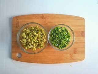 参考月龄6+奶香豌豆糊,豌豆粒去皮,需要耐心