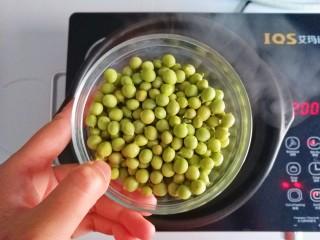 参考月龄6+奶香豌豆糊,水开下豌豆粒煮5分钟