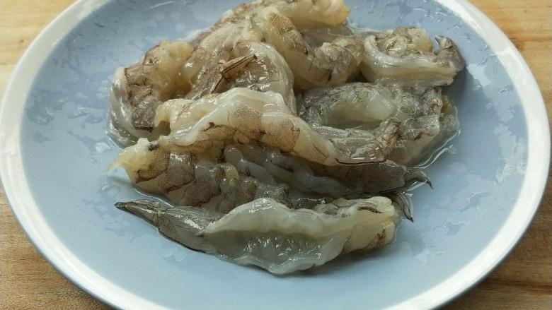 五彩缤纷鲜虾仁,鲜虾掐头剥壳,去除虾线。