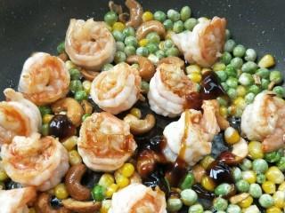 五彩缤纷鲜虾仁,根据个人口味加1-2勺蚝油。