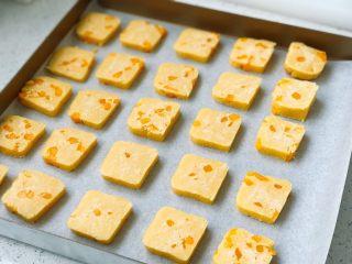 芒果曲奇,整齐摆放在铺了烘焙纸的烤盘里;