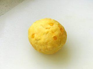 芒果曲奇,用手捏成光滑面团;