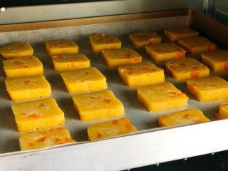 芒果曲奇,放进预热好的烤箱中层;