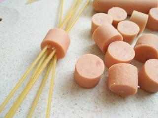 茄汁牛肉穿肠意面,切成小段,然后五六根插在一小块火腿上面
