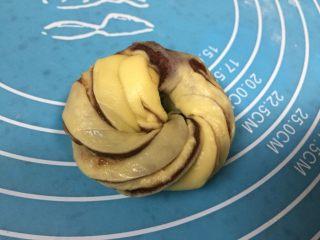 扭扭层层豆沙面包,头尾接在一起盘成圆形