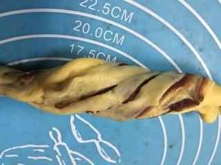 扭扭层层豆沙面包,把两头逆间扭转形成麻花状