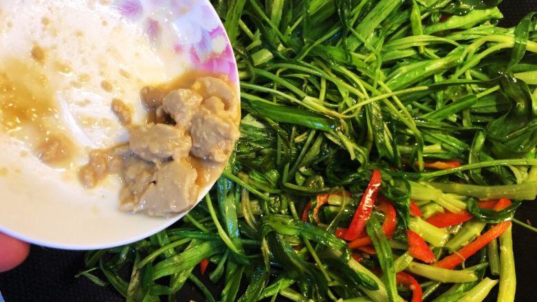 腐乳蒜蓉空心菜,加入腐乳。记得要全程大火爆炒。