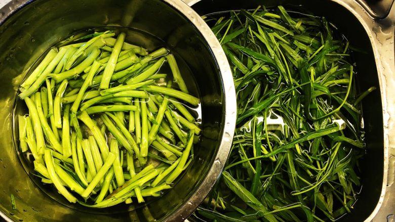 腐乳蒜蓉空心菜,<a style='color:red;display:inline-block;' href='/shicai/ 118'>空心菜</a>摘成段,分开茎和叶。洗净沥干水分。